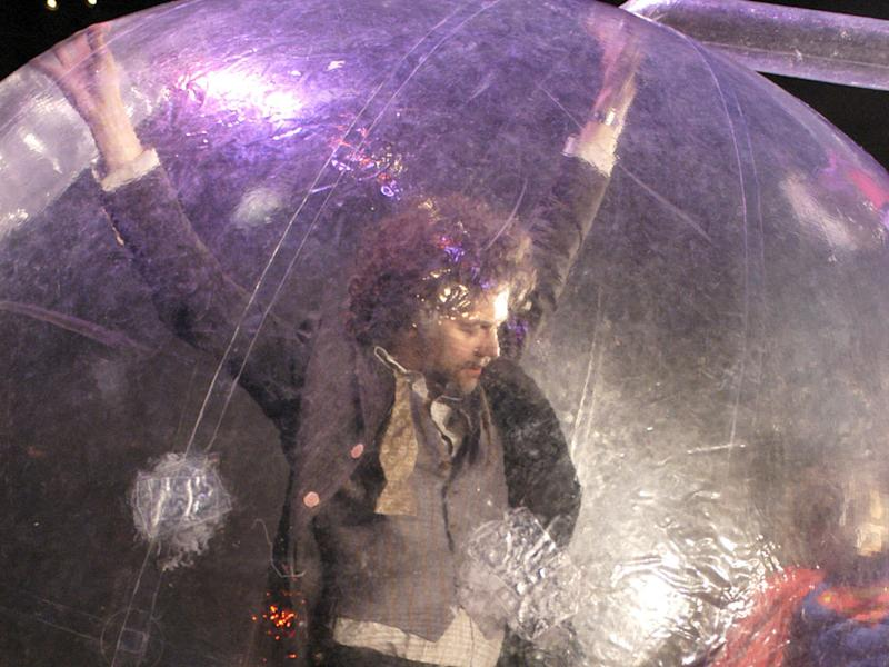 Wayne Coyne von den Flaming Lips in seiner Space Bubble (Bild: Gio D''Angelico/Landmark Media/ImageCollect)