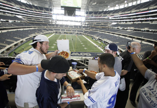 "A view that only the fastest of <a class=""link rapid-noclick-resp"" href=""/nfl/teams/dal"" data-ylk=""slk:Cowboys"">Cowboys</a> fans can enjoy during the playoffs. (AP Photo)"