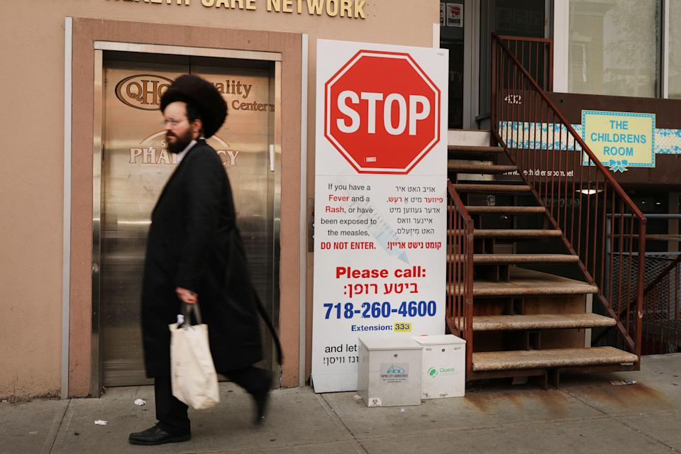 A sign warns people of measles in the ultra-Orthodox Jewish community in Williamsburg on April 19, 2019 in New York City. (Spencer Platt/Getty Images)