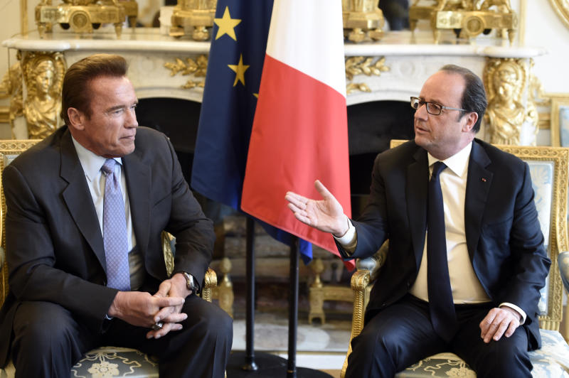 US actor and former governor of California Arnold Schwarzenegger (L) speaks with French president Francois Hollande prior to a meeting at the Elysee palace in Paris, on April 28, 2017. / AFP PHOTO / POOL / STEPHANE DE SAKUTIN