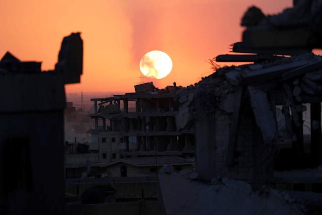 <p>Destroyed buildings are pictured during sunset at the frontline in Raqqa, Syria, Oct. 6, 2017. (Photo: Erik De Castro/Reuters) </p>