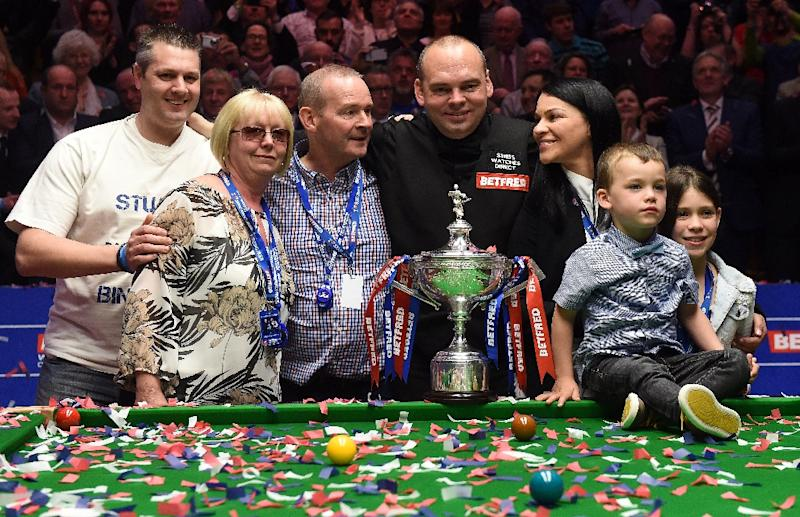 England's Stuart Bingham (C) celebrates with his family after beating Shaun Murphy in the World Championship Snooker final at The Crucible in Sheffield on May 4, 2015 (AFP Photo/Paul Ellis)