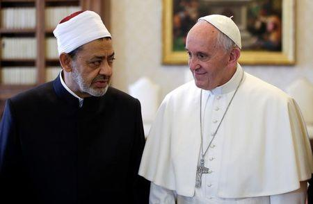 Pope Francis talks with Sheikh Ahmed Mohamed el-Tayeb, Egyptian Imam of al-Azhar Mosque, at the Vatican