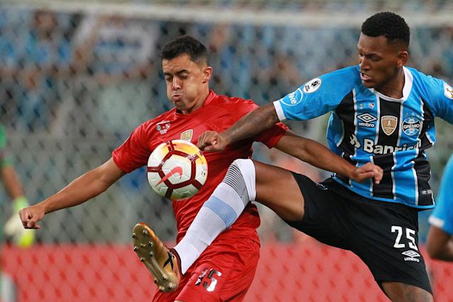 Soccer Football - Recopa Sudamericana final - Argentina's Independiente v Brazil's Gremio - Arena do Gremio Stadium, Porto Alegre, Brazil - February 21, 2018 Independiente's Diego Rodriguez and Gremio's Jailson in action. REUTERS/Diego Vara