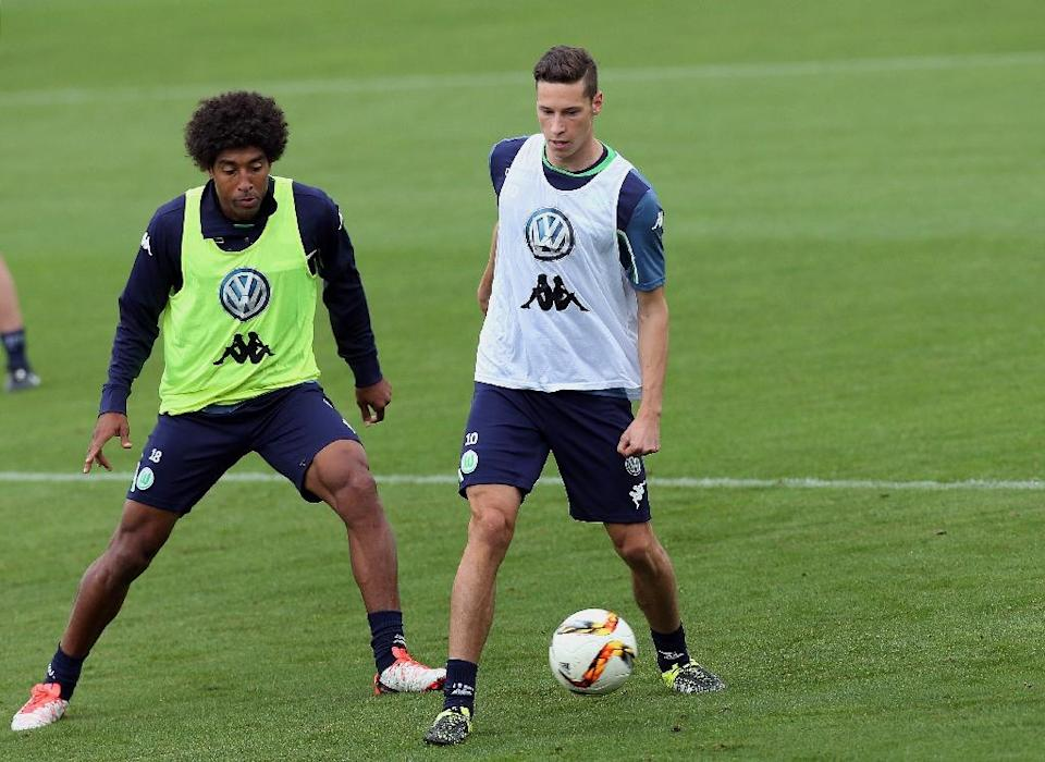 Wolfsburg's new signings, Brazilian defender Dante (L) and German midfielder Julian Draxler, seen during a training session at Volkswagen-Arena in Wolfsburg, central Germany, on September 1, 2015 (AFP Photo/Ronny Hartmann)