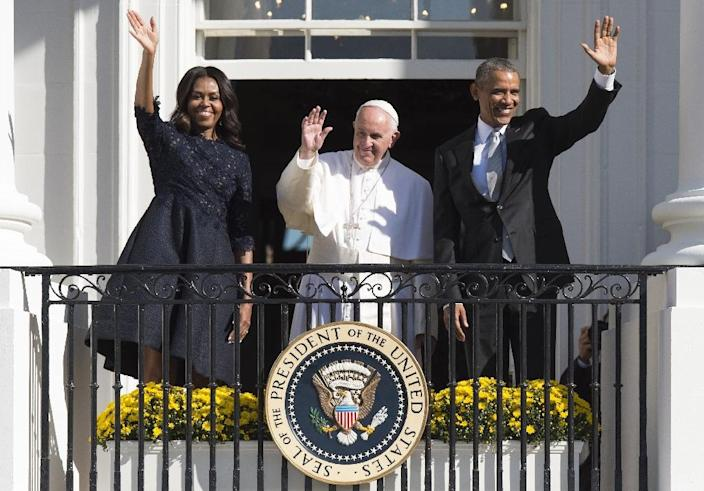 US President Barack Obama, First Lady Michelle Obama and Pope Francis wave during an arrival ceremony on the South Lawn of the White House in Washington, DC, September 23, 2015 (AFP Photo/Jim Watson)