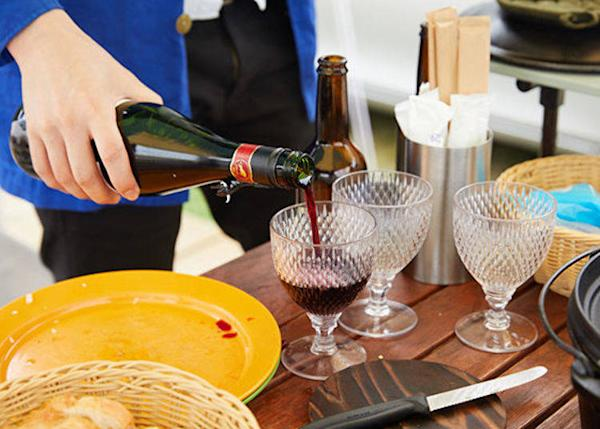 ▲ We selected a red wine to go with the meal. Of course the wine glasses were also provided free of charge.