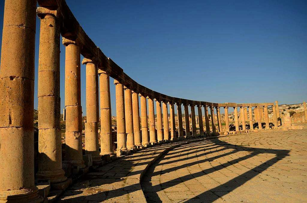 The first sight when you enter the gates of Jerash is of the unique Oval Forum, which is surrounded by the colonnade. You can hear bagpipers play in the auditorium or catch a performance at The Hippodrome.