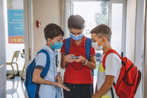 PHOTO: In this undated file photo, three boys play games on a smart phone at school. (Getty Images, FILE)