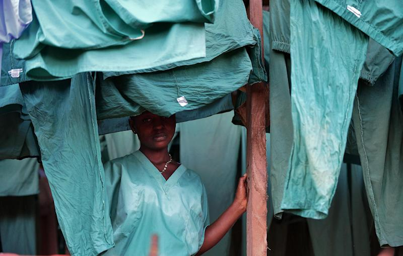 A medical worker at an Ebola treatment facility run by Medicins Sans Frontieres in Kailahun, Sierra Leone, August 14, 2014 (AFP Photo/Carl de Souza)