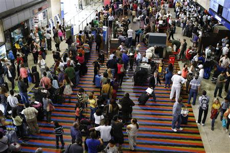 Passengers line up for the security checkpoint at Simon Bolivar airport in La Guaira, outside Caracas October 15, 2013. REUTERS/Carlos Garcia Rawlins
