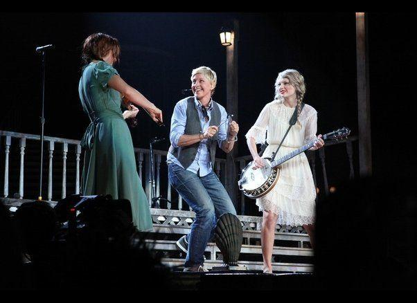 If her talk show doesn't work out, we're sure Ellen can land a gig in a folk band. We love that she's rocking a vest!