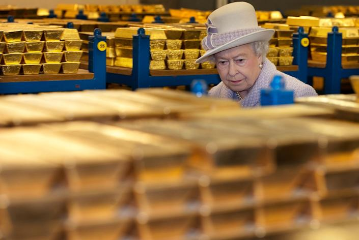 Queen Elizabeth II views stacks of gold as she visits the Bank of England with Prince Philip, Duke of Edinburgh on December 13, 2012 in London, England. (Eddie Mulholland - WPA Pool/Getty Images)