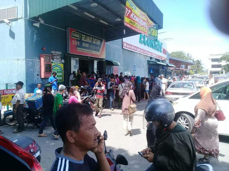 Hundreds converge on Econsave hypermart after rumour of another TMJ spree