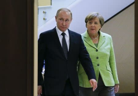 Russian President Putin and German Chancellor Merkel arrive for meeting at Bocharov Ruchei state residence in Sochi