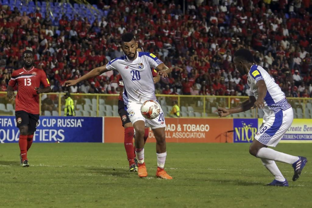 Panama's Anibal Godoy (C) controls the ball during their Russia 2018 World Cup qualifier against Trinidad and Tobago, in Port of Spain, on March 24,2017 (AFP Photo/Alva Viarruel)