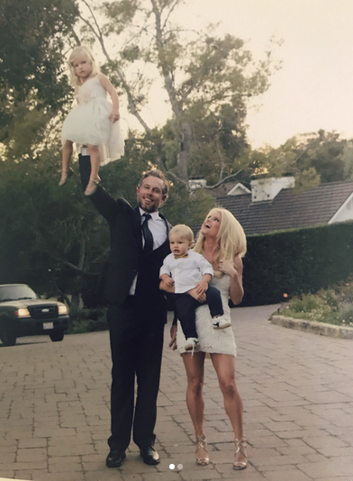 "<p>Jessica Simpson shared a throwback of her hubby, Eric Johnson, doing a very daddy thing: balancing their daughter, Maxwell, in one hand as Jess and Ace looked on. (Photo: <a rel=""nofollow"" href=""https://www.instagram.com/p/BVfhaV9gZU2/?taken-by=jessicasimpson"">Jessica Simpson via Instagram</a>) </p>"