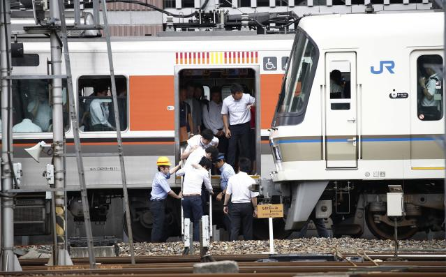 <p>Passengers get off a train which suspended its service in Osaka, following an earthquake Monday, June 18, 2018. (Photo: Kyodo News via AP) </p>