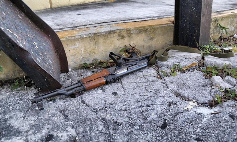 A Kalashnikov assault rifle found in the site where a shooting erupted an attack against the building of the Quintana Roo state prosecutor's office, in Cancún, Mexico, on 17 January 2017.