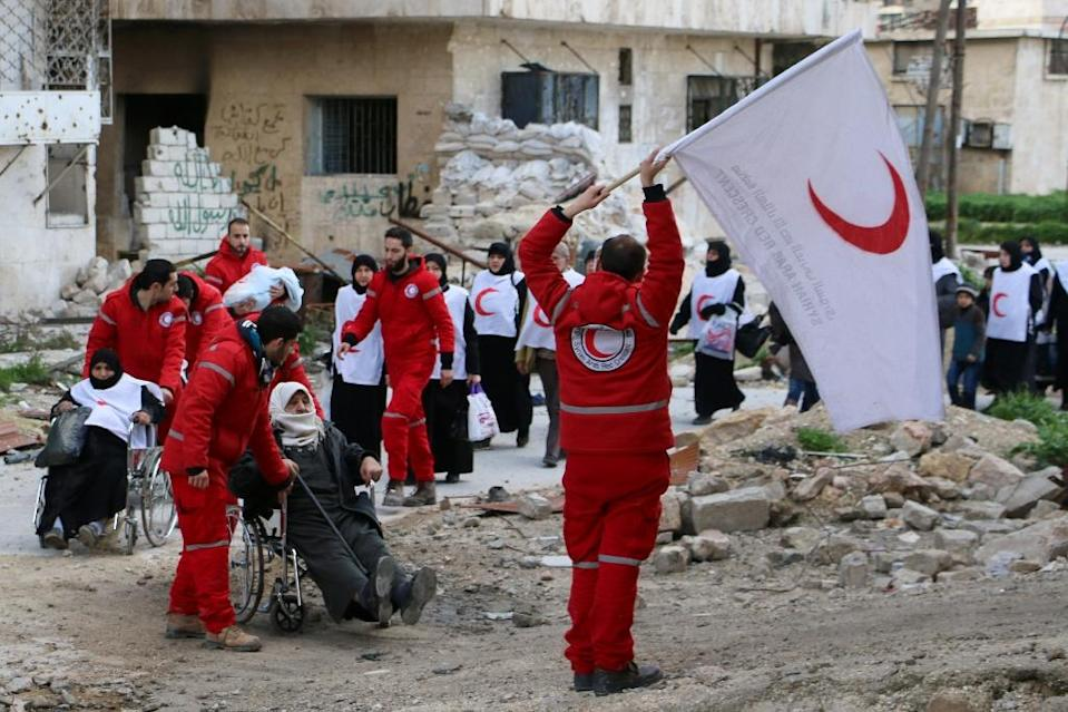 Members of the Syrian Red Crescent transport Syrians from a rebel-controlled area to a regime held area of the northern Syrian city of Aleppo on February 4, 2015 (AFP Photo/Baraa al-Halabi)