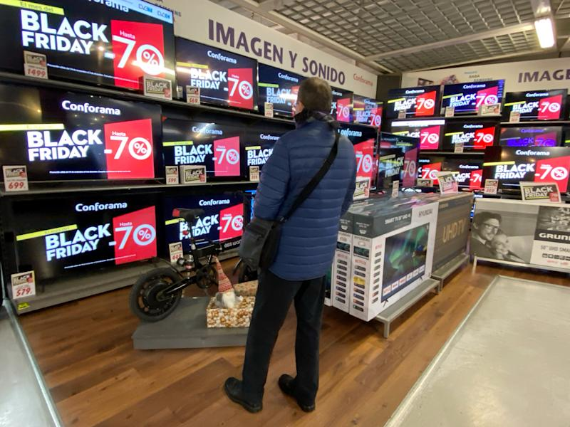 MADRID, SPAIN - NOVEMBER 19: A man is seen looking few screens which announce the sales of the Black Friday of next November 29th, on November 19, 2019 in Madrid, Spain. (Photo by Eduardo Parra/Europa Press via Getty Images)
