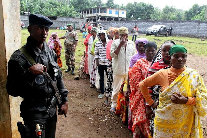 Comorians from Mrijou queue to cast their ballot in a re run of the presidential elections on May 11, 2016 in Mrijou on Anjouan Island, Comoros (AFP Photo/Ibrahim Youssouf)