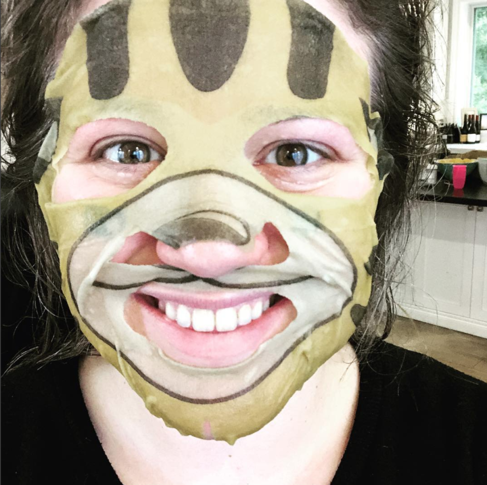 """<p><span>""""Killin' this Golden Globes pre-game like tiger!"""" </span>Clarkson joked about her pre-show skin treatment. (Photo: <a rel=""""nofollow"""" href=""""https://www.instagram.com/p/BdqTr23hEO0/?taken-by=kellyclarkson"""">Kelly Clarkson via Instagram</a>) </p>"""