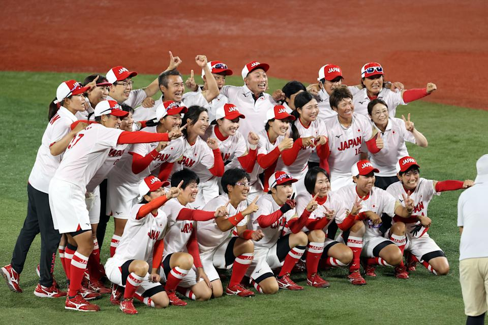 <p>YOKOHAMA, JAPAN - JULY 27: Team Japan poses for a team photo after defeating Team United States 2-0 in the Softball Gold Medal Game between Team Japan and Team United States on day four of the Tokyo 2020 Olympic Games at Yokohama Baseball Stadium on July 27, 2021 in Yokohama, Kanagawa, Japan. (Photo by Koji Watanabe/Getty Images)</p>