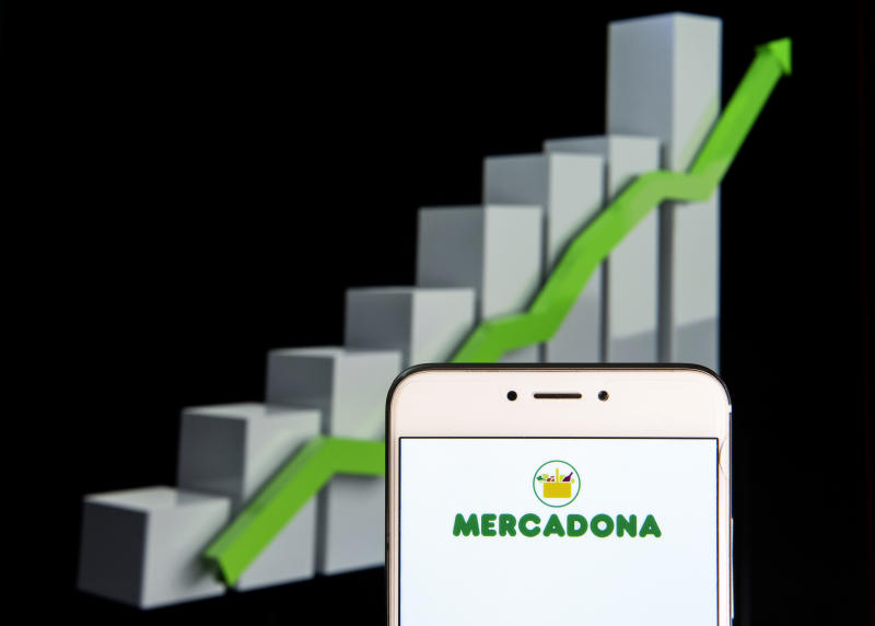 HONG KONG - 2019/02/10: In this photo illustration, the Spanish family-owned supermarket chain Mercadona logo is seen displayed on an Android mobile device with an ascent growth chart in the background. (Photo Illustration by Miguel Candela/SOPA Images/LightRocket via Getty Images)