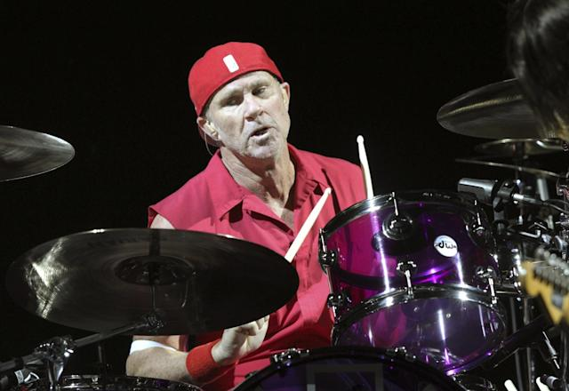 """Though he's wearing red here, <a class=""""link rapid-noclick-resp"""" href=""""/ncaaf/players/252156/"""" data-ylk=""""slk:Chad Smith"""">Chad Smith</a> is a big <a class=""""link rapid-noclick-resp"""" href=""""/ncaab/teams/max/"""" data-ylk=""""slk:Michigan Wolverines"""">Michigan Wolverines</a> fan. <br>(Photo by Robb Cohen/Invision/AP)"""