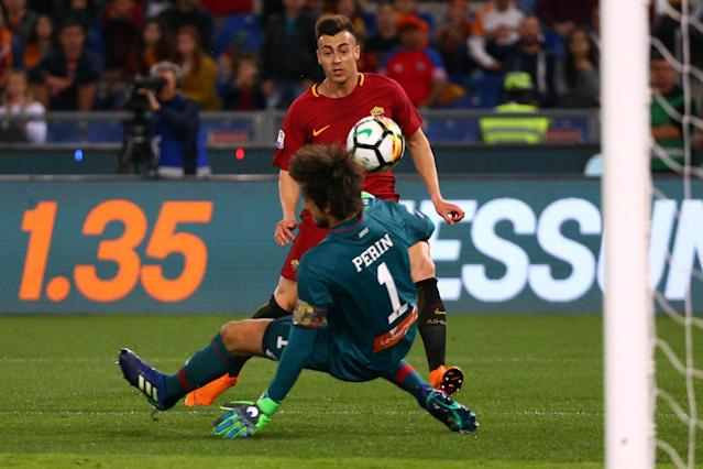 Soccer Football - Serie A - AS Roma vs Genoa - Stadio Olimpico, Rome, Italy - April 18, 2018 Roma's Stephan El Shaarawy in action with Genoa's Mattia Perin REUTERS/Alessandro Bianchi