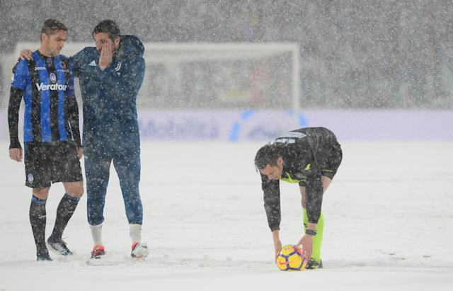 Soccer Football - Serie A - Juventus v Atalanta - Allianz Stadium, Turin, Italy - February 25, 2018 Juventus' Gianluigi Buffon talks with Atalanta's Rafael Toloi and the referee in the snow before the match was postponed REUTERS/Massimo Pinca