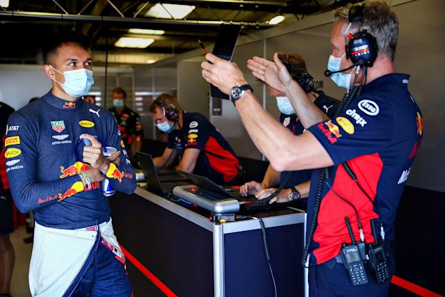 "Alex Albon, habla con el Team Manager de Red Bull, Jonathan Wheatley <span class=""copyright"">Red Bull Content Pool</span>"