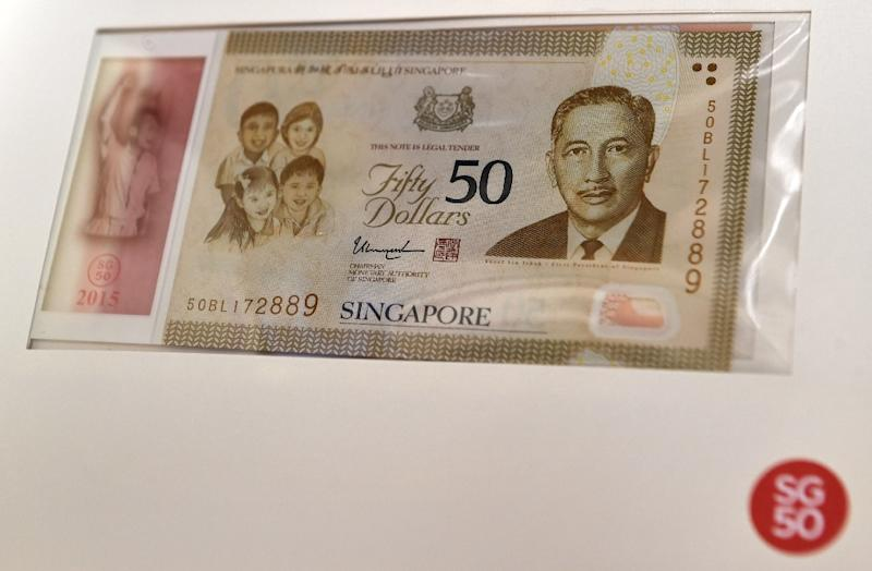 A SG50 commemorative note is displayed in Singapore on August 21, 2015 (AFP Photo/Roslan Rahman)