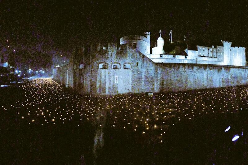 The Tower of London was lit up last night with 10,000 flames ahead of the WWI centenary next weekend (@TomOleary72)