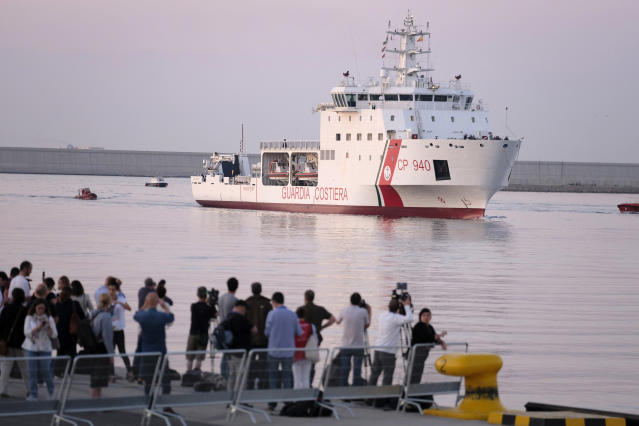 <p>A ship from the Italian Coast Guard pulls into the port of Valencia. (Photo: José Colón for Yahoo News) </p>