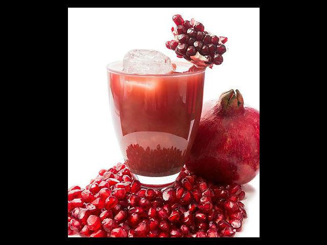 <b>Anti-ageing properties</b><br>Pomegranates have anti-ageing properties and can rejuvenate your skin internally as well as externally. The oil from the seeds found in the fruit helps strengthen the epidermis (outer layer of your skin), which reduces or delays wrinkles.<br><br><b>Beauty Tip:</b> Drink a glass of pomegranate juice daily for glowing skin.