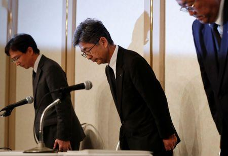 Kobe Steel Executive Vice President Naoto Umehara (C) bows with the company senior officials at a news conference in Tokyo, Japan October 20, 2017.  REUTERS/Issei Kato