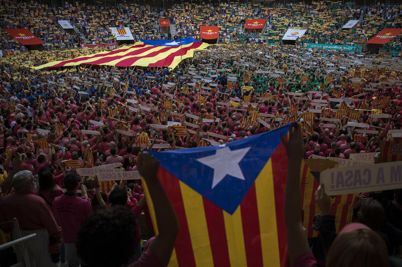 """<p>Attendees hold """"esteladas"""" or independence flags ahead of the 27th Human Tower Competition in Tarragona, Spain, on Oct. 7, 2018. (Photo: Emilio Morenatti/AP) </p>"""