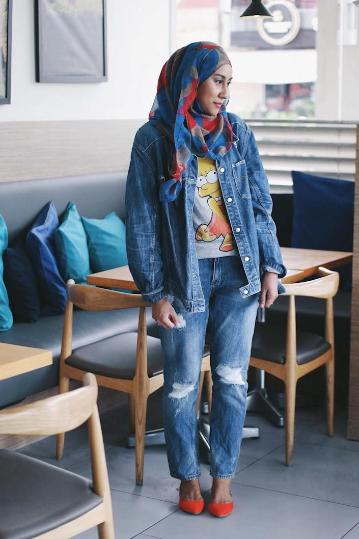 <p>Baggy denim jackets always add the perfect androgyny touch to what would have been a too-syrupy outfit, and has the ability to edge up a simple shirt-and-trousers look. Worried about looking too boyish and boxy? Sweeten it up with a pretty and delicate pair of ballet flats. </p>