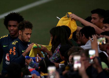 Football Soccer - Brazil national soccer team training - World Cup 2018 - Granja Comary, Teresopolis, Brazil - May 25, 2018 - Neymar and Willian talk with fans. REUTERS/Ricardo Moraes
