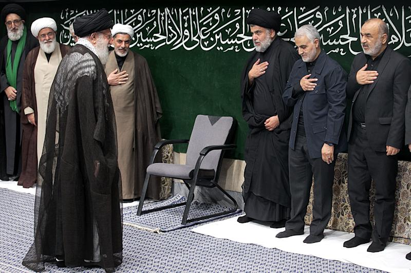 Qassem Soleimani (2.v.r.) und der irakische Schiitenführer Muqtada as-Sadr (3.v.r.) erweisen Ali Chamenei im September 2019 bei einer Zeremonie zum Aschura-Fest die Ehre (Bild: IRANIAN SUPREME LEADER PRESS OFFICE / HANDOUT / Anadolu Agency via Getty Images)
