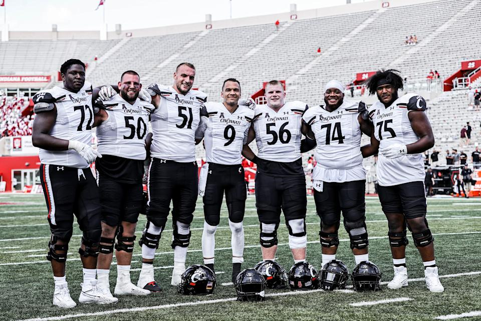 Desmond Ridder poses with his offensive line after Cincinnati's defeat of Indiana on Sept. 18. (Special to Yahoo Sports)