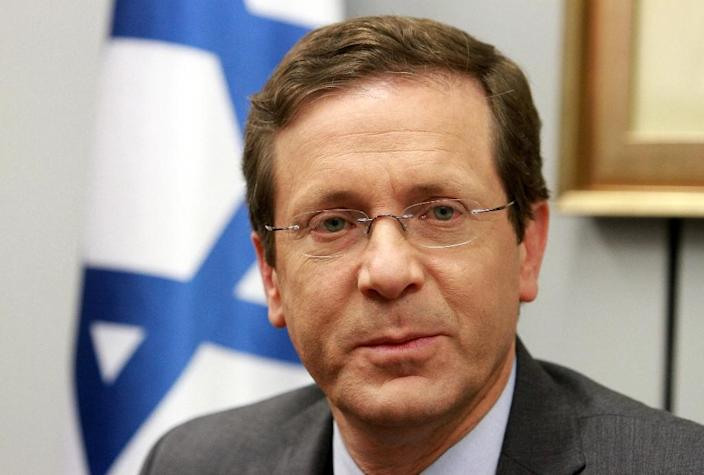 Israeli Labour Party leader and co-leader of the Zionist Union coalition, Isaac Herzog, speaks with citizens as he campaigns on the eve of Israel's general election in the coastal Israeli city of Tel Aviv on March 16, 2015 (AFP Photo/Gil Cohen Magen)
