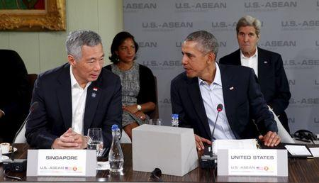 U.S. President Barack Obama talks with Singapore's Prime Minister Lee Hsien Loong during a meeting with leaders from the Association of Southeast Asian Nations (ASEAN) during a summit held at Sunnylands in Rancho Mirage, California February 16, 2016. Behind Obama are National Security Advisor Susan Rice and Secretary of State John Kerry.  REUTERS/Kevin Lamarque
