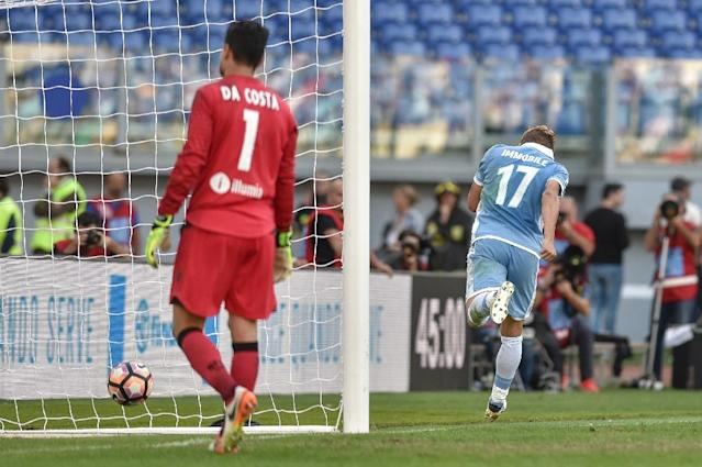 Ciro Immobile (R) celebrates after scoring a penalty for Lazio against Bologna on October 16, 2016 at Rome's Olympic stadium (AFP Photo/Andreas Solaro)