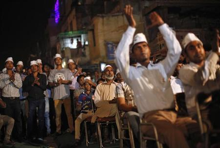 Supporters of the newly formed Aam Aadmi (Common Man) Party applaud as they listen to party leader Arvind Kejriwal during a public meeting in New Delhi September 30, 2013. REUTERS/Mansi Thapliyal