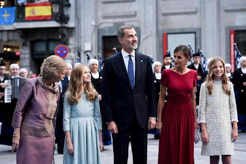 OVIEDO, SPAIN - OCTOBER 18: (L-R) Queen Sofia, Princess Leonor of Spain , King Felipe VI of Spain, Queen Letizia of Spain and Princess Sofia of Spain arrive to the Campoamor Theatre ahead of the 'Princesa de Asturias' Awards Ceremony 2019 on October 18, 2019 in Oviedo, Spain. (Photo by Juan Manuel Serrano Arce/Getty Images)