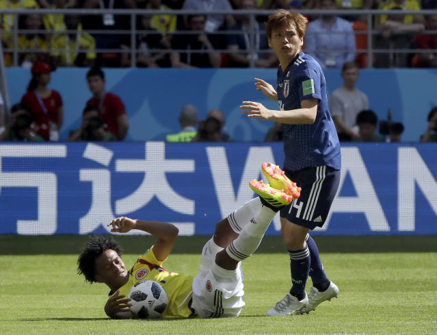 Colombia's Juan Cuadrado, left, andJapan's Takashi Inui, right, challenge for the ball during the group H match between Colombia and Japan at the 2018 soccer World Cup in the Mordavia Arena in Saransk, Russia, Tuesday, June 19, 2018. (AP Photo/Mark Baker)