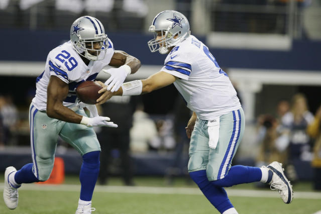 Dallas Cowboys quarterback Tony Romo (9) hands the ball to running back DeMarco Murray (29) during the first half or an NFL football game against the Green Bay Packers, Sunday, Dec. 15, 2013, in Arlington, Texas. (AP Photo/Tony Gutierrez)